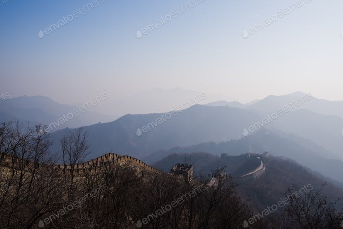the great wall of china with a beautiful sunny day
