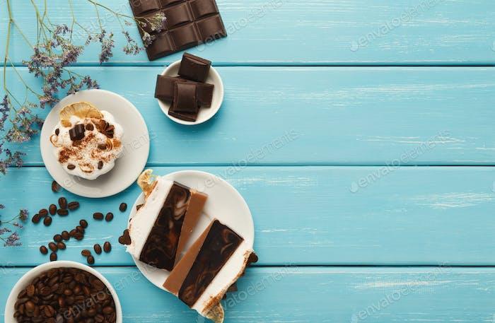 Verschiedene Desserts: Kuchen und Schokoriegel auf türkis rustikal t