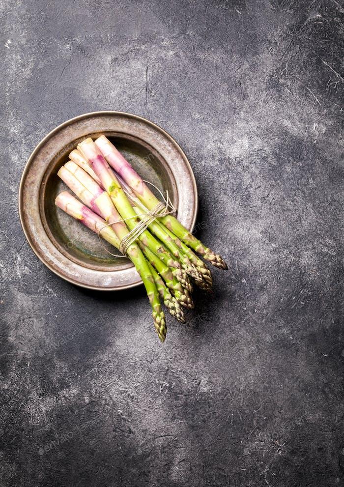 Frischer grüner Spargel. Gesunde Ernährung Konzept Essen für Vegetarier.