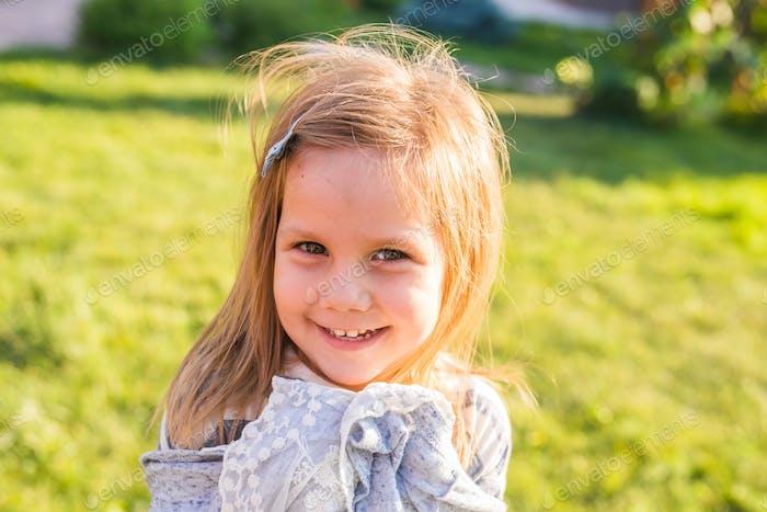 Porträt von niedlichen kleinen Mädchen spielt in Sommerpark