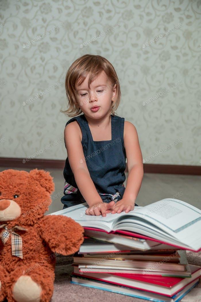 Kind liest Geschichte für Spielzeug.