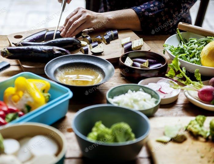 Eine Person schneiden Gemüse