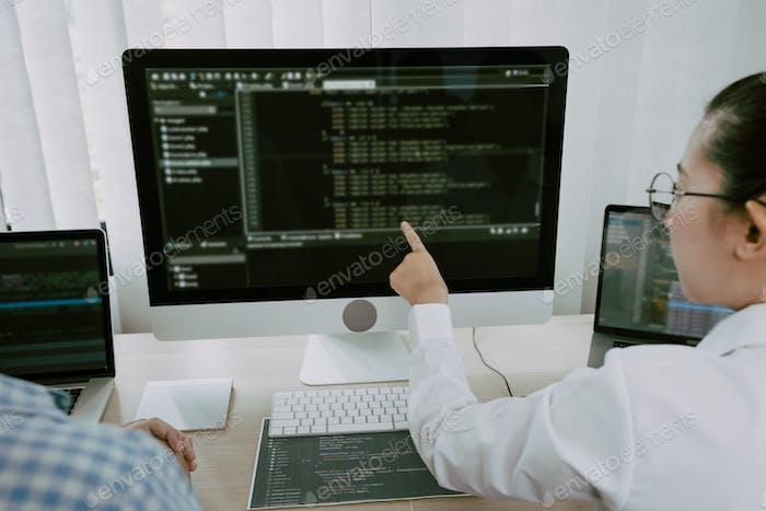 Dos equipos asiáticos de desarrollo del sitio web de tecnología de programación y encriptación