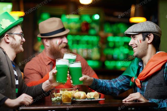 Glückliche irische Männer