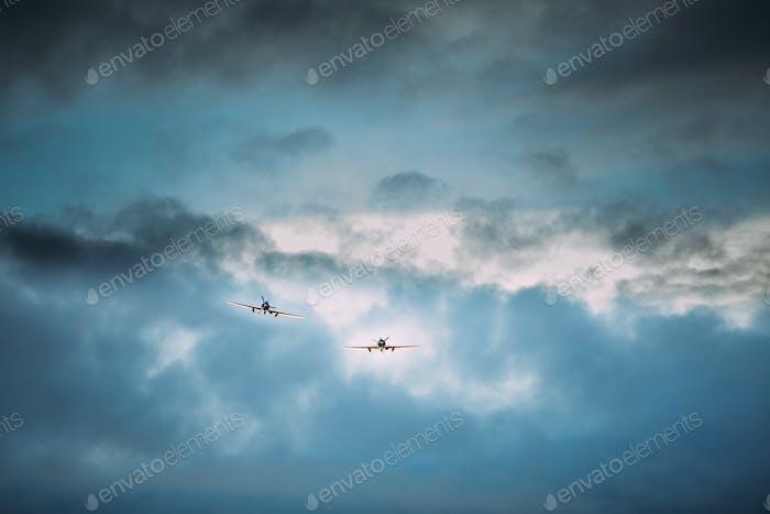 Alte Flugzeuge Flugzeuge fliegen in Wolkigen Himmel
