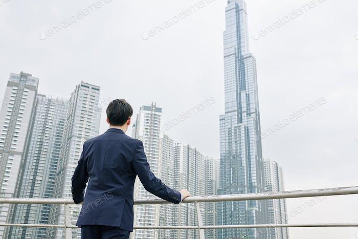 Unternehmer mit Blick auf Wolkenkratzer