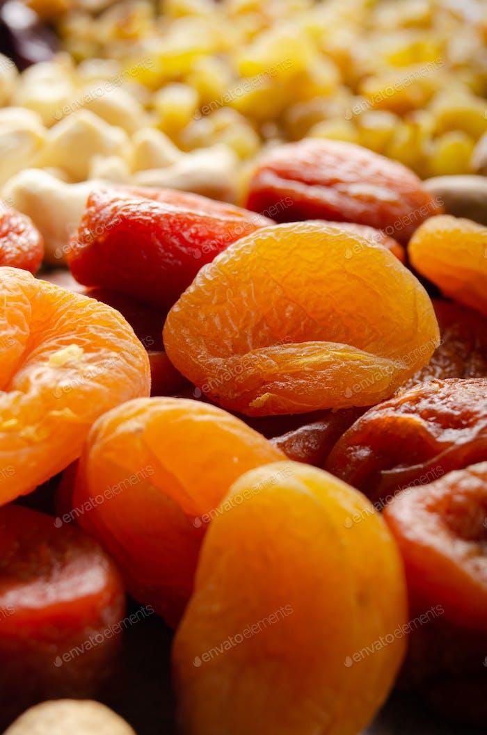 Haufen getrockneter Aprikosen auf Küchentisch. Gesundes nahrhaftes Naturfutter