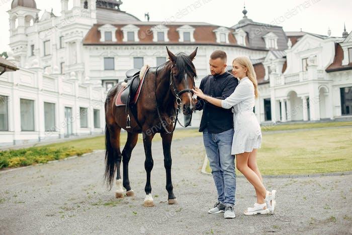 Niedlich liebevolle paar mit Pferd auf Ranch