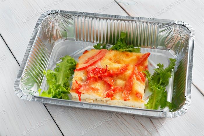 Gesundes Essen in Boxen, Diät-Konzept. Omelette