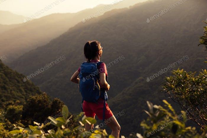 Wandern auf dem Gipfel des Sonnenaufgangs