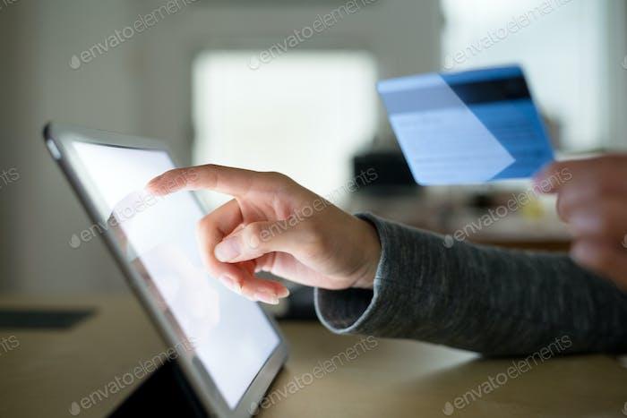 Frau Verwendung von Tablet-PC