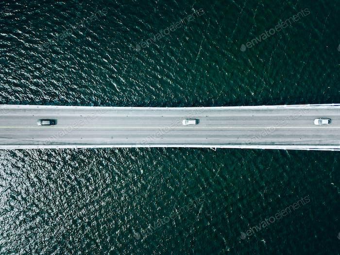Luftaufnahme der Brückenstraße mit Autos über See oder Meer in Finnland