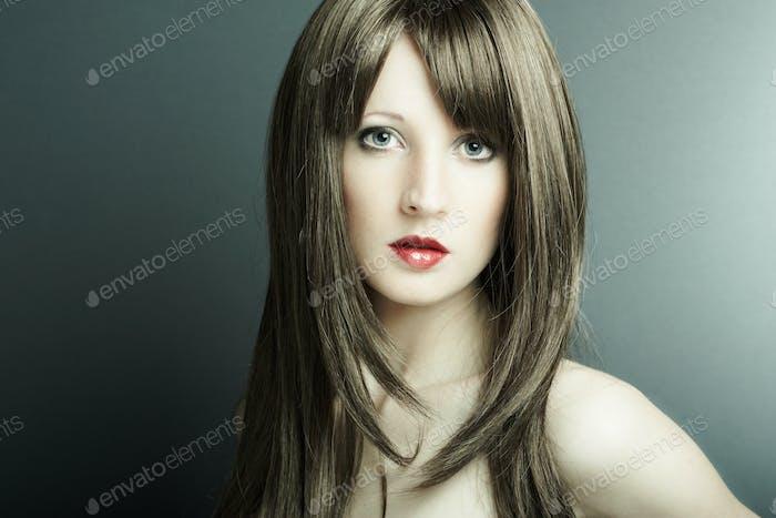Das junge sexy Mädchen in kastanienfarbener Perücke