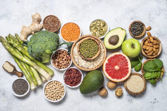 Superfoods, gesundes Essen auf hellem Hintergrund
