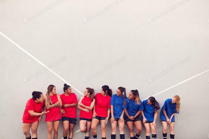 Graphic Shot of Womens Football Team lehnte sich gegen die Wand während des Trainings für Fußballspiel