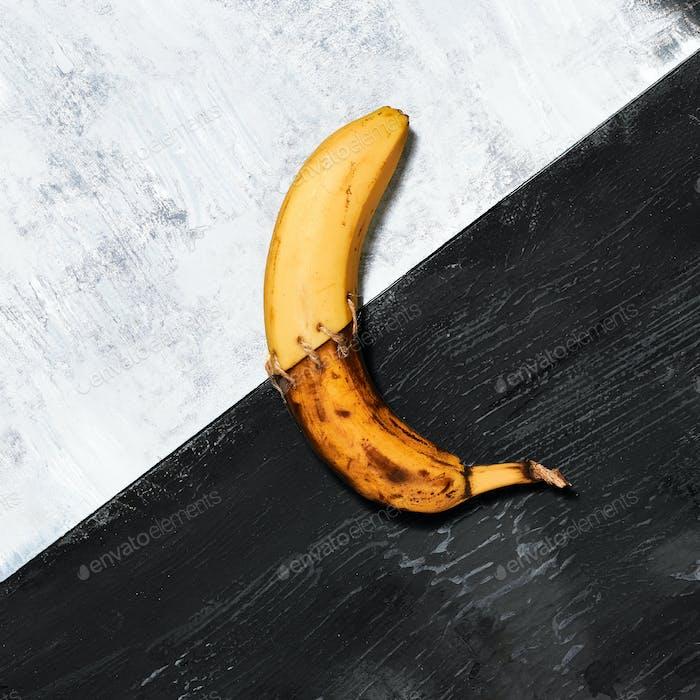 Einzelne Banane vor blauem Hintergrund