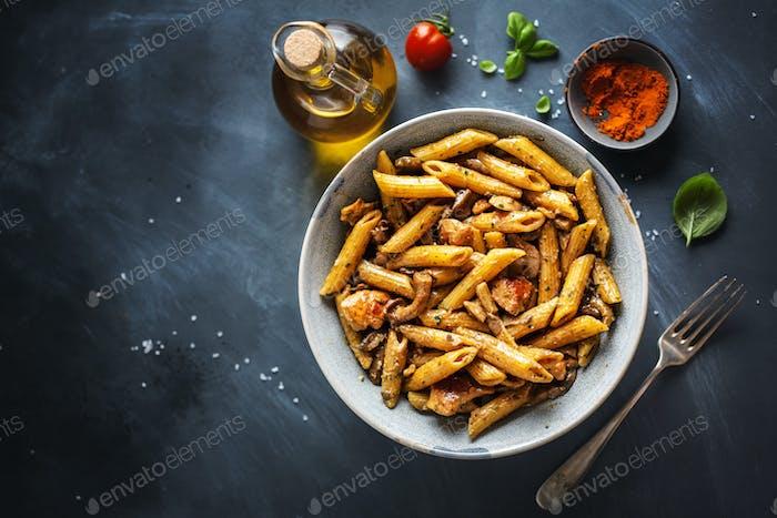 Pasta Penne mit Pilzen und Sauce
