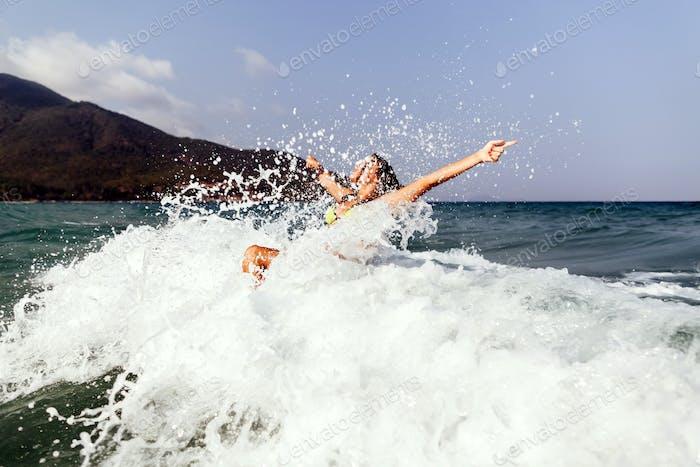 sexy Bikini Mädchen glücklich springen Meer Wellen splash