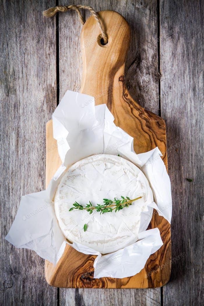 Ganze Camembert-Käse mit Thymian