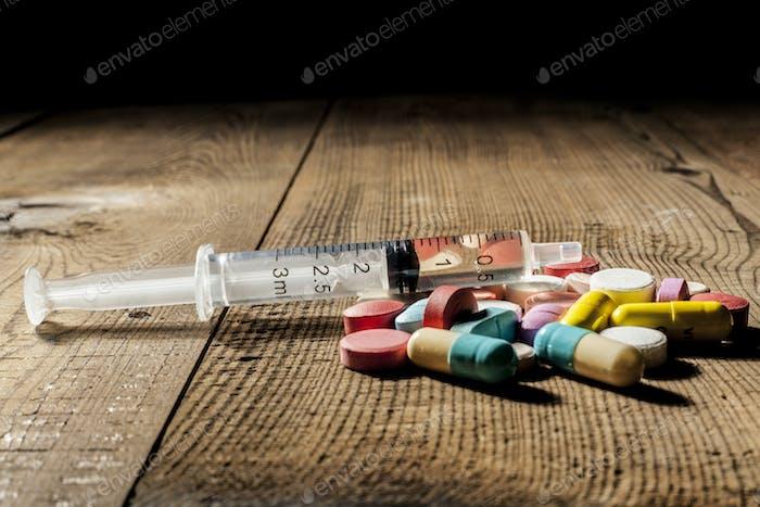 Spritze und Pillen