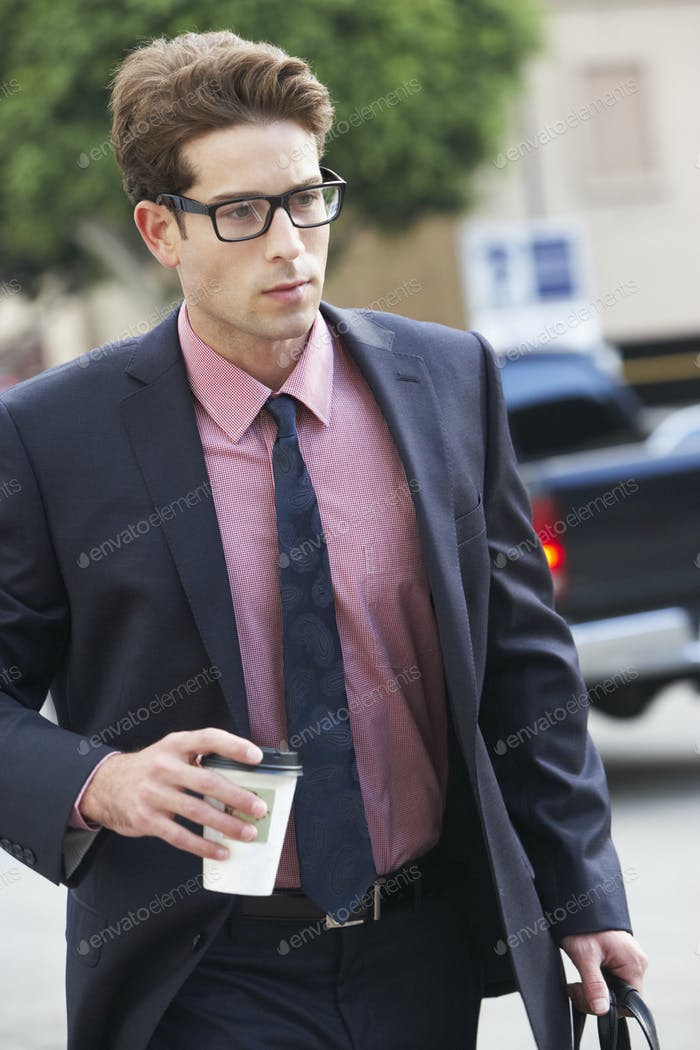 Geschäftsmann eilend entlang Straße Holding Kaffee zum Mitnehmen