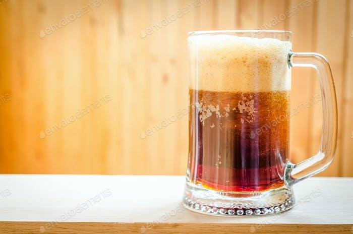 Becher mit dunklem Bier
