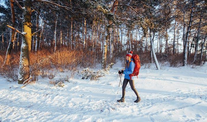 Frau Traveler mit Rucksack Wandern Travel Lifestyle Adventure Konzept aktiven Urlaub im Freien