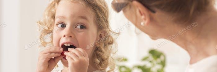 Chico comiendo una galleta