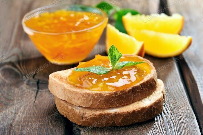 Brot und Orangenmarmelade