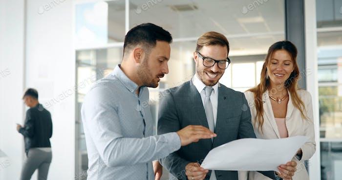 Bild von Geschäftsmann und Geschäftsfrau im Büro sprechen