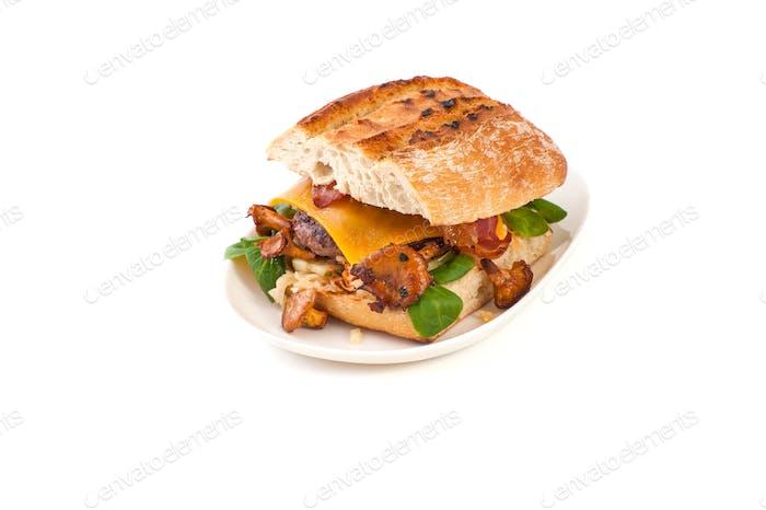 Burger handgefertigt im rustikalen Stil auf einem sauberen weißen Hintergrund.