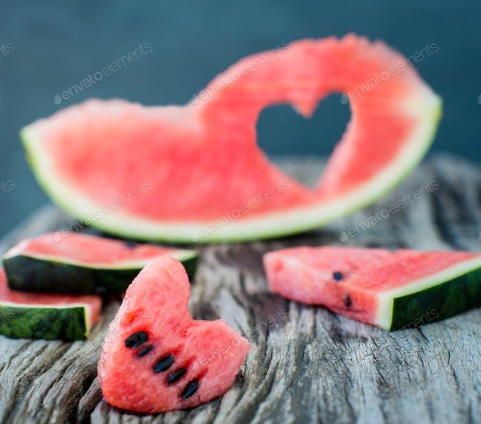 Verzierte Wassermelonenscheiben mit Herzform