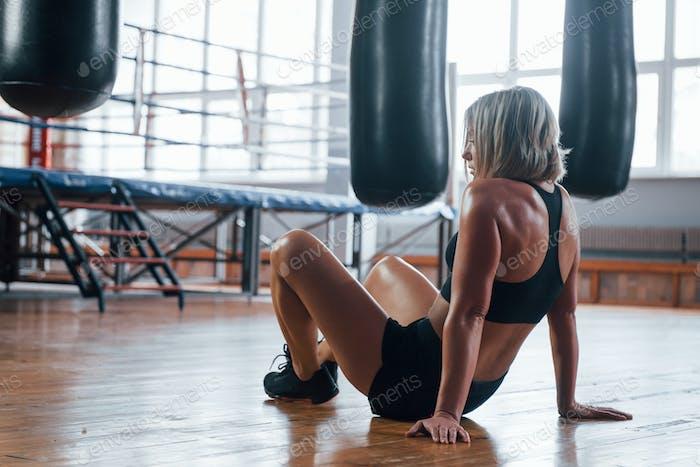 Müde nach dem Training. Ruhe in der Turnhalle für Boxsport Training