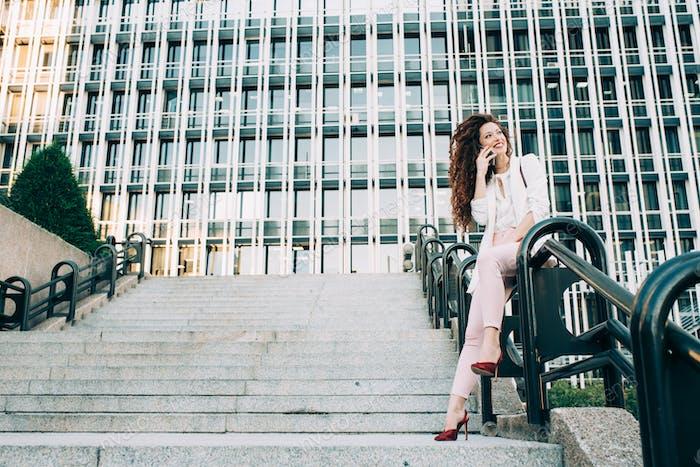 Junge rothaarige Geschäftsfrau zu Fuß auf der Treppe