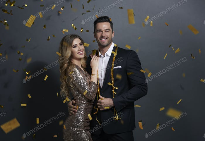 Porträt des umarmten Paares feiern Neujahr im Studio gedreht