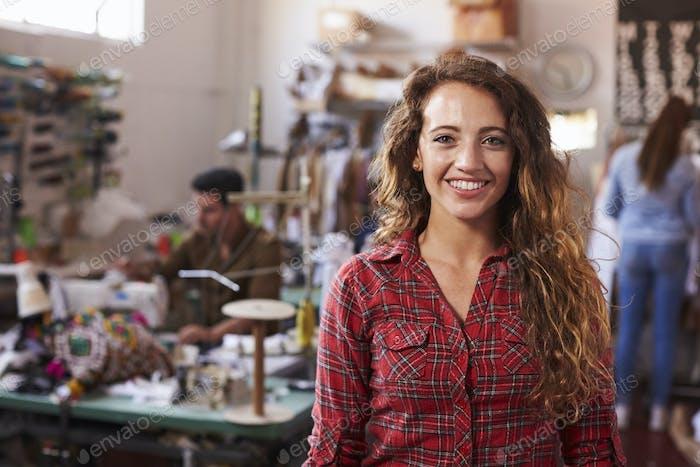 Diseñador de ropa Mujer blanca de pelo Largo en Estudio de Diseño