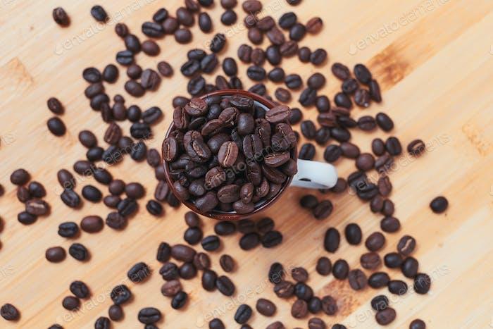 Dunkel geröstete Kaffeebohne