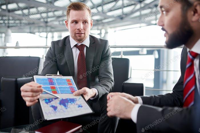 Рабочая встреча в современном зале заседаний