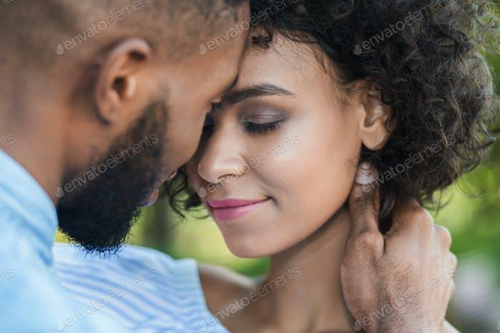 Glückliche und ruhige Paar Bindung miteinander