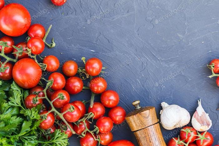 Frische Traubentomaten mit Basilikum und Knoblauch, Pfeffer.