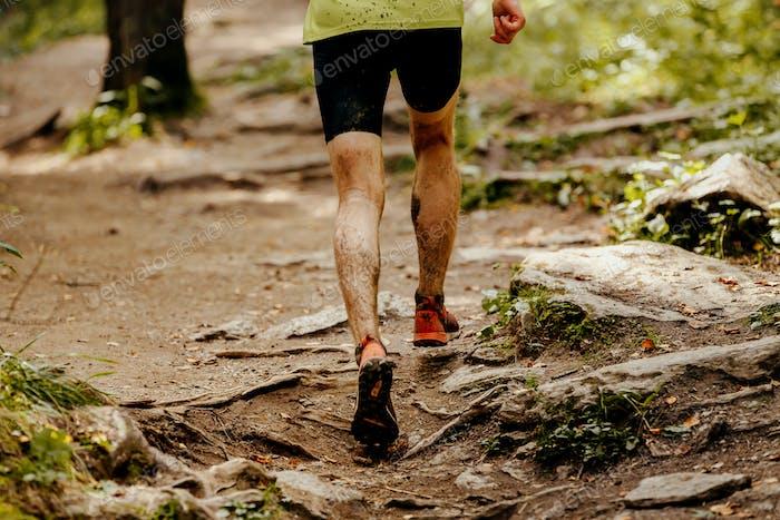 Sportler Läufer schmutzige Füße