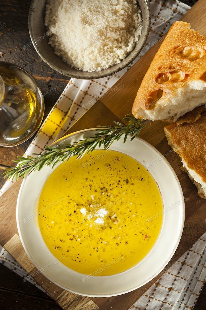 Italienisches Brot mit Olivenöl zum Tauchen
