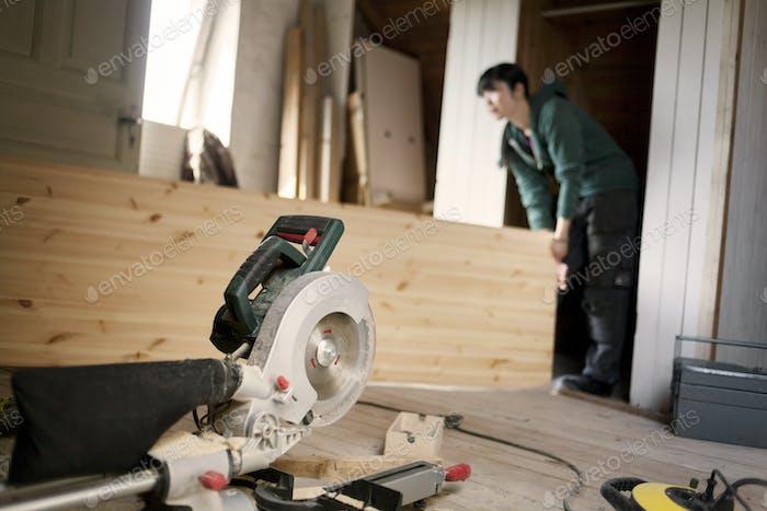 Женщина работает для ремонта старого чердака