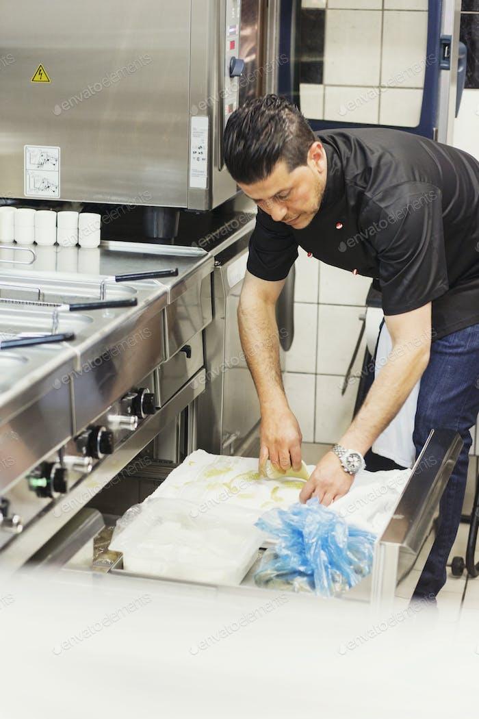 Männlicher Koch arbeitet in der kommerziell Küche im libanesischen Restaurant