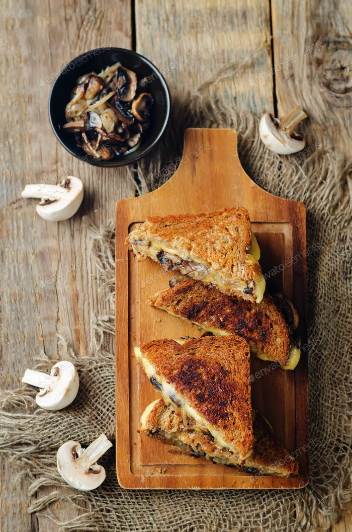 Gauda Käse gebraten Pilze und Zwiebel Roggen-Sandwich