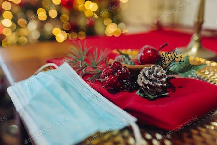 Dekorativer Weihnachtstisch, Nahaufnahme. Weihnachten während Coronavirus, Konzept