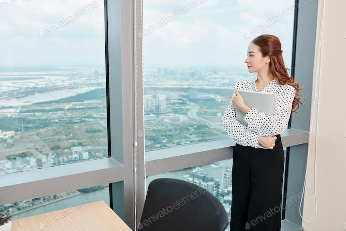 Nachdenklich junge business lady