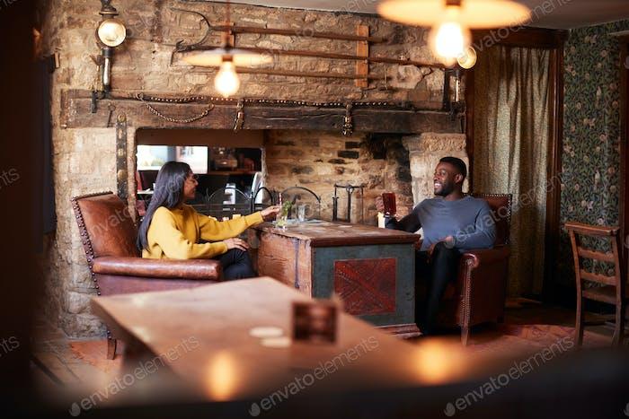 Встреча для обеда напитки в традиционном английском пабе