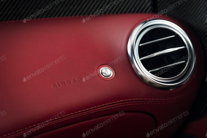 Lüftungsdeck in einem modernen Luxusauto