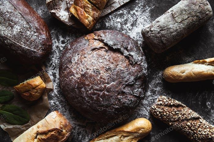 Verschiedene Brotsorten auf schwarzem Hintergrund